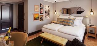 Solo Sokos Hotel Seurahuoneen hotellihuone. Huoneessa valkoinen kahden hengen sänky, jonka yläpuolella peili. Pienessä eteissyvennyksessä ovi kylpyhuoneeseen.